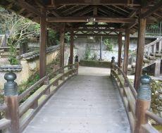 屋根付きの橋